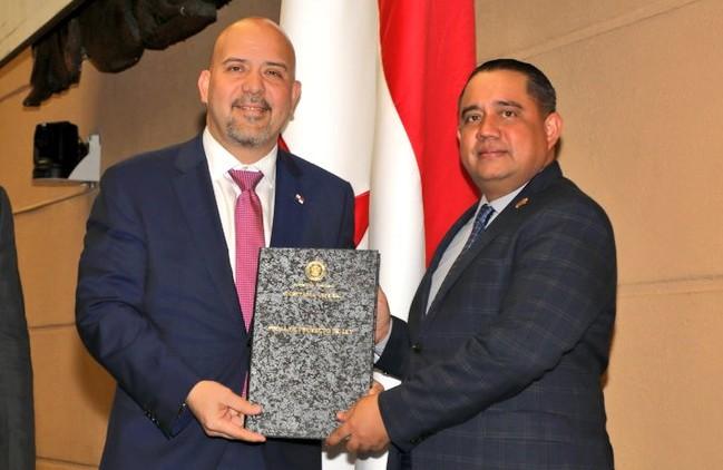 El presidente de la Asamblea Nacional, Mascos Castillero (dcha.), recibe del ministro Rolando Mirones los proyectos de ley que buscan reforzar la seguridad nacional.