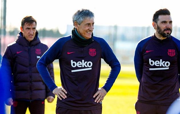Quique Setién (cent.) en los entrenamientos del Barcelona. Foto: @FCBarcelona_es