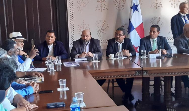 Autoridades del Ministerio de Gobierno y la Autoridad del Tránsito y Transporte Terrestre (ATTT) se reunieron con transportistas. Francisco Paz