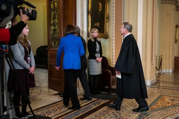 Los senadores que fungirán como fiscales juraron y el juicio político contra Donald Trump inicia oficialmente el martes. FOTO/AP