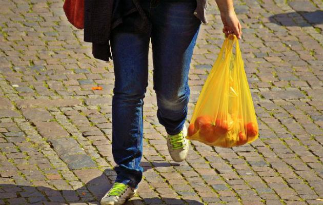 Desde el año pasado el uso de las bolsas plásticas en los supermercados está prohibido. Foto/Archivo