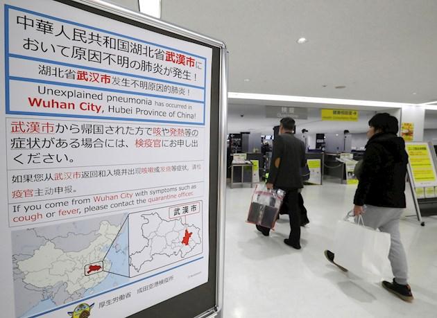 El 17 de enero las autoridades sanitarias estadounidenses empezaron a someter a controles a los pasajeros que llegan a los aeropuertos de Los Ángeles, San Francisco y Nueva York, los que reciben la mayor parte de los vuelos directos o con conexiones desde Wuhan.
