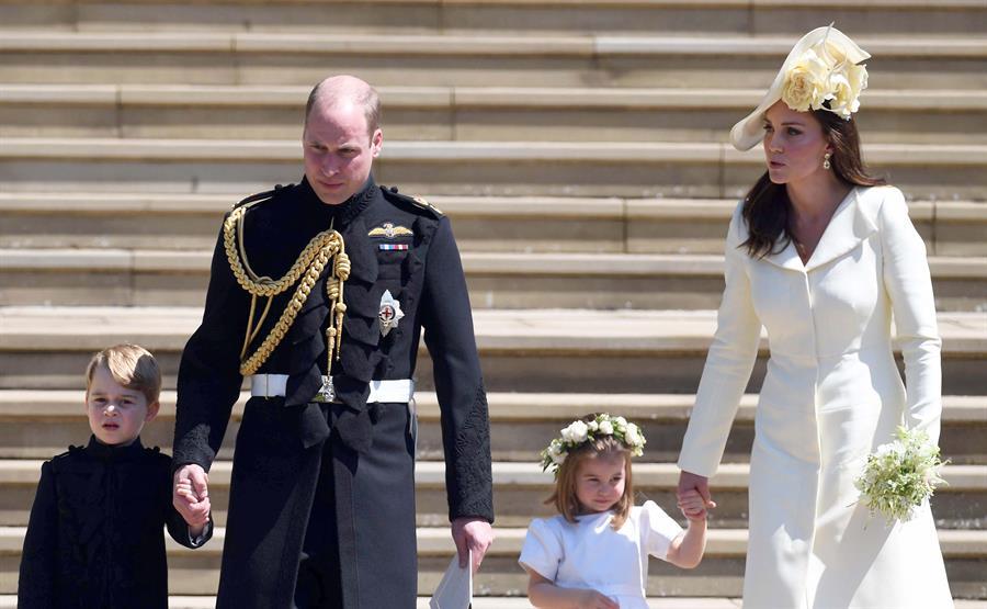 El príncipe Guillermo y Kate Middleton junto a sus hijos, el príncipe George y la princesa Charlotte. Foto: EFE