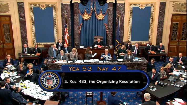 Con 53 votos a favor y 47 en contra, las reglas marcan que tanto la acusación demócrata como la defensa de Trump tendrán cada una 24 horas divididas en tres jornadas para sus alegatos, que según está previsto empezarán este próximo mediodía. FOTO/AP