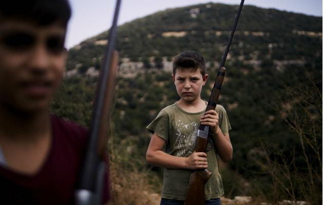 En Líbano, donde cazar inicia a temprana edad, matan a millones de aves ilegalmente. Foto / Diego Ibarra Sanchez para The New York Times.