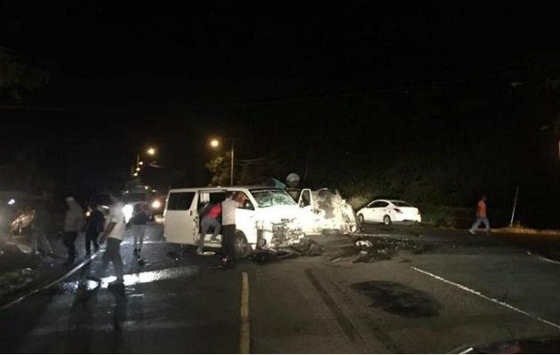 Tras la colision, a la altura de sector de Palo Seco, uno de los vehículos quedó volcado sobre un costado.