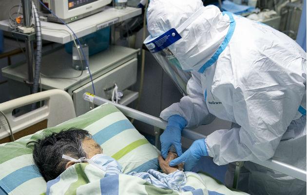 Un médico atiende a un contagiado por el virus en el hospital de la Universidad de Wuhan. Foto: AP.