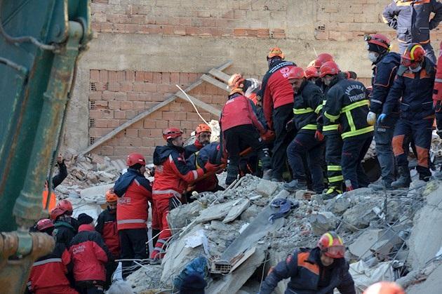 Los equipos de salvamento trabajan desde el mismo momento del sismo, a las 17.55 h GMT del viernes, para sacar a personas atrapadas entre los escombros y ya han rescatado a 45 personas.