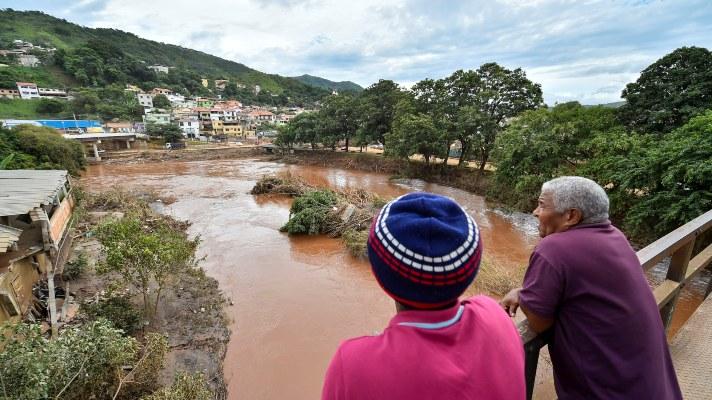 Vecinos miran los daños causados por el desbordamiento del río Das Velhas, tras las lluvias torrenciales, en Sabara, en la región metropolitana de Belo Horizonte, estado de Minas Gerais (Brasil). El número de muertos por las fuertes lluvias que castigan desde el jueves el estado brasileño de Minas Gerais (sudeste) llegó a 54. FOTO/EFE