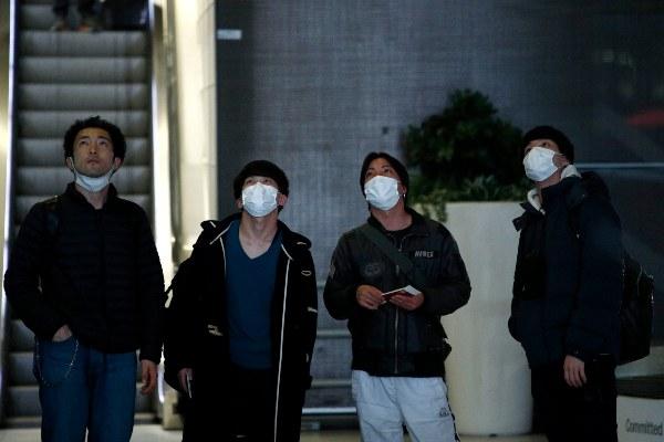 Los pasajeros usan máscaras faciales cuando llegan al aeropuerto de Roissy, en las afueras de París, Francia. FOTO/AP