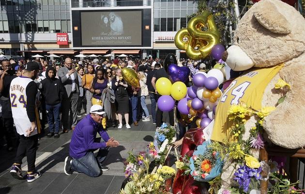 Aficionados de los Lakers colocan flores en el Staples Center. Foto:AP