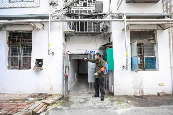 Un trabajador del gobierno rocía desinfectante para contrarrestar el coronavirus. FOTO/AP