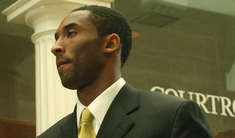 Foto del 2004, Kobe Bryant sale de una corte de justicia en Colorado. Foto EFE