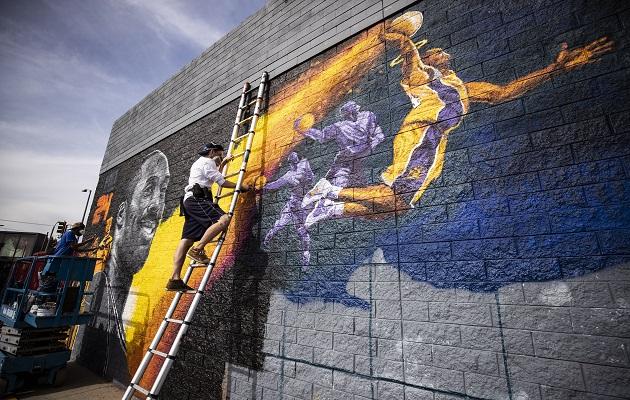 La calle de Los Ángeles tienen pinturas de Kobe Bryant. Foto:AP