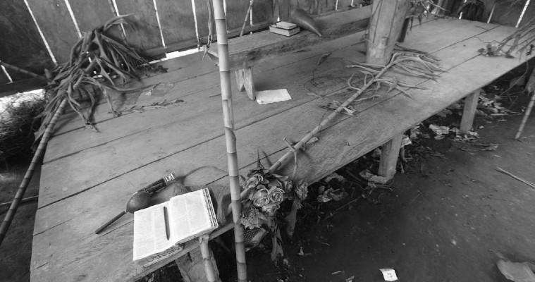El altar del improvisado templo de la secta La Nueva Luz de Dios, en la comunidad El Terrón, en la comarca Ngäbe Buglé, Panamá, en la que murieron siete personas, seis niños y una mujer embarazada, Foto: AP.