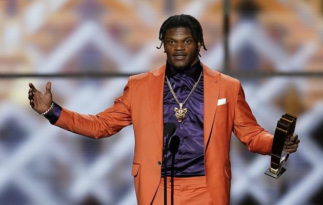 Lamar Jackson celebra tras recibir el premio.