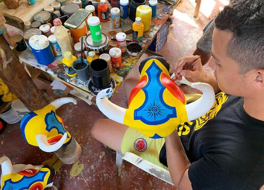 Un artesano haciendo máscaras del Carnaval de Barranquilla en Galapa. EFE