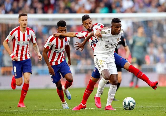 Los jugadores brasileños Vinícius Jr. (d) del Real Madrid y Renan Lodi del Atlético de Madrid, disputan un balón. Foto:EFE