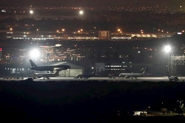 Según el Sindicato Español de Pilotos de Líneas Aérea (Sepla), el aparato perdió piezas del tren de aterrizaje, que entraron en el motor izquierdo, por lo que tuvo que permanecer en torno a tres horas quemando combustible, antes de aterrizar.