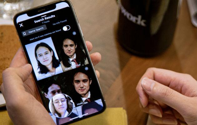 Clearview AI usa un algoritmo para escanear un rostro y buscar correspondencias con imágenes tomadas de Internet. Algunos dicen que se podría abusar de la tecnología. Hoan Ton-That, fundador de la compañía, prueba la app en sí mismo (der.). Foto / Amr Alfiky para The New York Times.