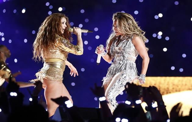 Shakira yJennifer López fdurante el show en el Super Bowl. Foto:AP