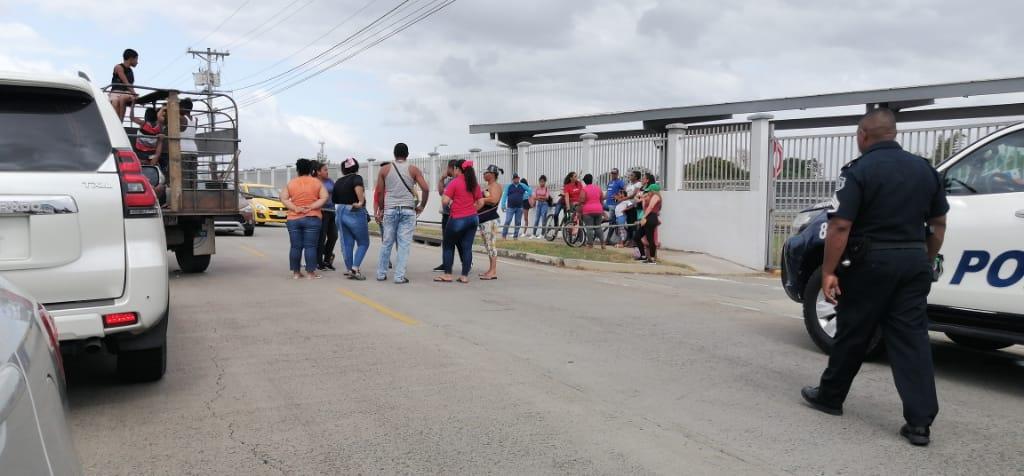 Residentes cierran Vía Interamericana por estudiantes panameños provenientes de China. Foto:Tráfico Panamá
