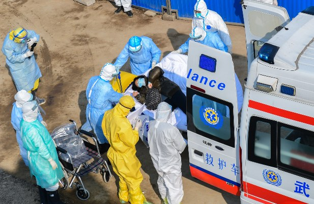 El personal médico transfiere a los pacientes al recién completado Hospital de campo temporal de Huoshenshan en Wuhan, provincia de Hubei, FOTO/AP