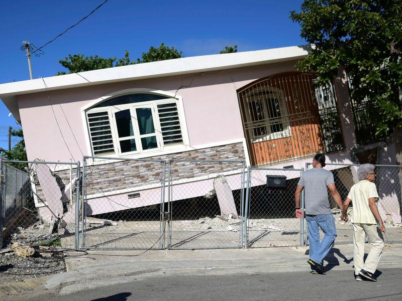 La actividad sísmica continuó durante todo el mes de enero y este martes un nuevo temblor, de magnitud 5 y con epicentro 22 kilómetros al sur de Guánica, volvió a provocar pánico en ese municipio, un territorio pobre que ahora se enfrenta a una emigración que dañará todavía más su economía. FOTO/AP
