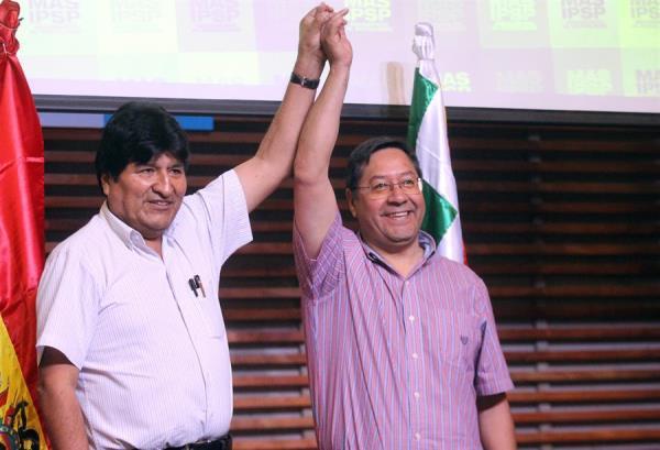 El expresidente de Bolivia Evo Morales junto al candidato presidencial por el Movimiento al Socialismo (MAS), Luis Arce. FOTO/EFE