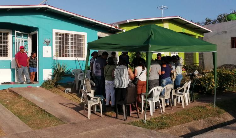Docentes de la escuela Zaida Zela Núñez, en donde Hernán De Gracia cursaba estudios, visitaron a su familia y oraron con ellos. Eric Montenegro