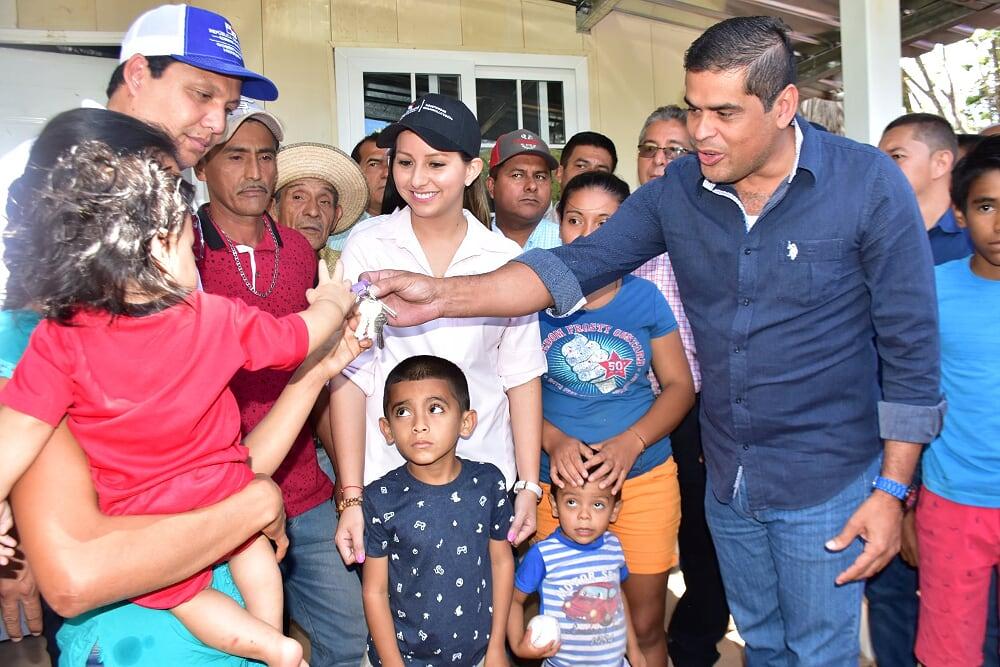Claudia Mendoza y su familia recibieron una vivienda y otro tipo de apoyo.