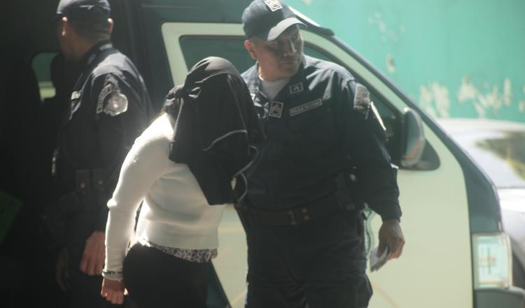 Llegada de una de la imputadas ayer por este caso. Víctor Arosemena