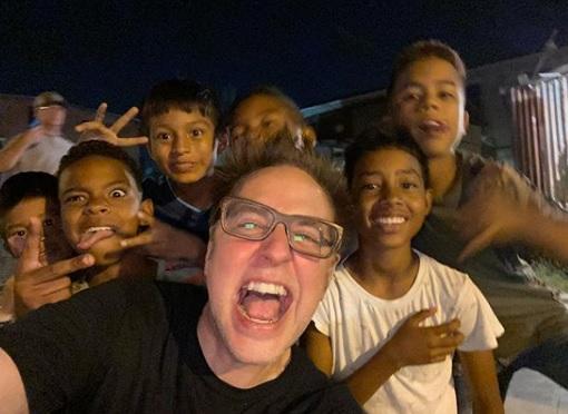 James Gunn y un grupo de niños panameños.