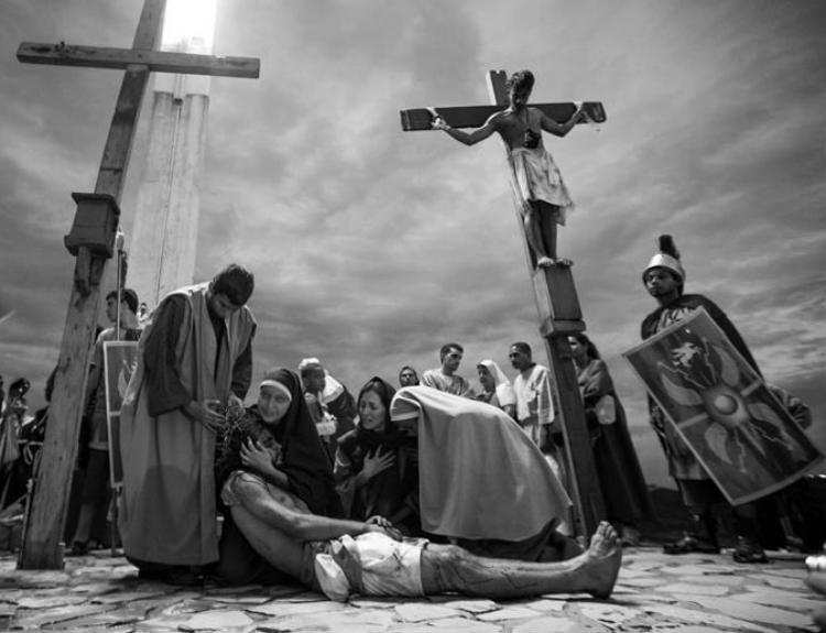 Oh Corazón de Jesús, sigues colgado en la cruz de madres abandonadas por hombres sin escrúpulos, mujeres que lloran viendo a sus hijos con hambre y desprotegidos. Foto: Archivo.