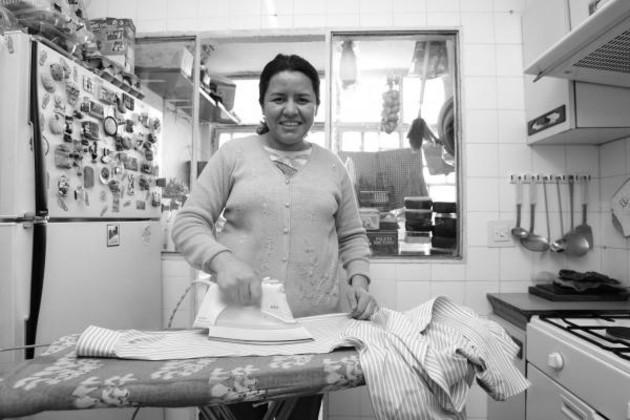 La emancipación de la mujer y su igualdad con el hombre son y seguirán siendo imposibles mientras sigan siendo excluidas del trabajo productivo social y confinada, dentro del trabajo doméstico, que es un trabajo privado. Foto: EFE.