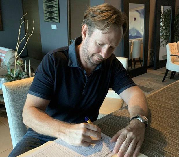 Frank De Lima firmó la lista de solicitud para la inscripción del partido.
