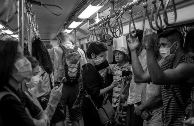 Pasajeros en el metro de Bangkok, Thailandia, se protegen de una posible infección con el COVID-19. Se han registrado cuatro decesos fuera de China continental: en Francia, Filipinas, Hong Kong y Japón. Foto: AP