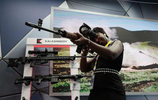 Rusia cada vez más vende armas y presta mercenarios a países africanos, dicen funcionarios de Estados Unidos. Foto / Sergei Chirikov.