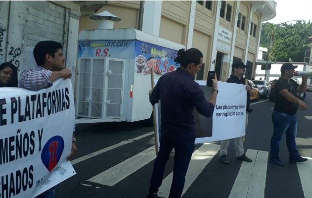 Transportistas piden que se respete la ley de transporte.