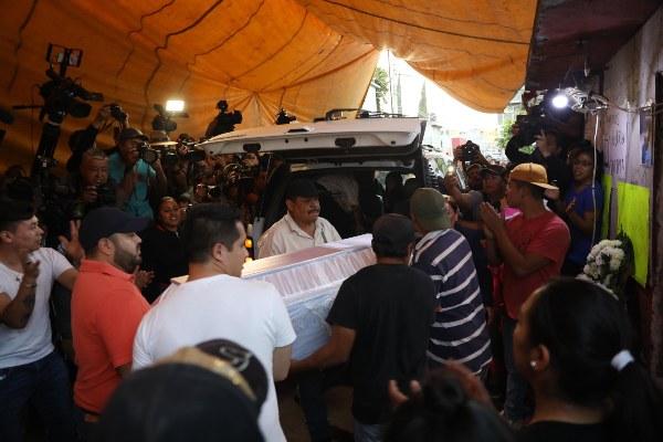 Personas cargan un féretro con los restos de la niña Fátima Cecilia, quien fue hallada muerta al sur de la ciudad de México. FOTOEFE