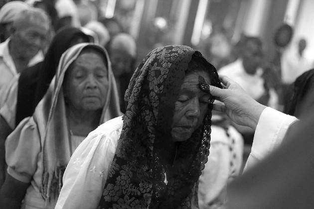 El Miércoles de Ceniza, los fieles católicos asisten a misa y se les impone la ceniza en la frente, la que tiene un sentido de humildad y penitencia. Foto: EFE.