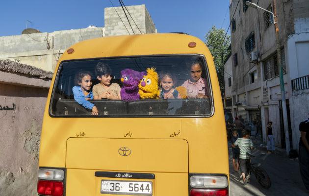 """""""Ahlan Simsim"""", o """"Bienvenido Sésamo"""", fue desarrollado para niños refugiados. Los personajes Basma y Jad a bordo de un autobús con niños en Amán, Jordania. Foto / Ryan Donnell/Sesame Workshop."""