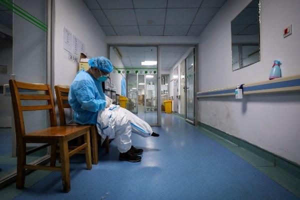 Liu Zhiming, neurocirujano de 50 años, es el primer director de un hospital que ha sucumbido a la enfermedad. FOTO/AP