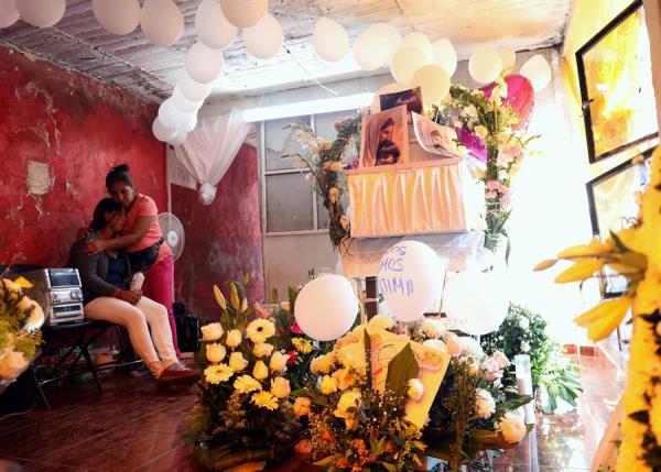 Consuelan a los familiares de la pequeña Fátima que fue secuestrada y asesinada. FOTO/EFE