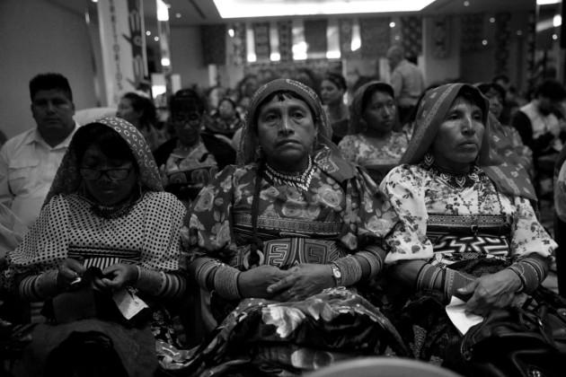 Hoy, las costumbres y la idiosincrasia de los kunas son reconocidas. Mujeres de la etnia kuna vestidas con molas, arte tradicional textil que revela el alma y la historia de este pueblo. Foto: Alexander Santamaría. Epasa.