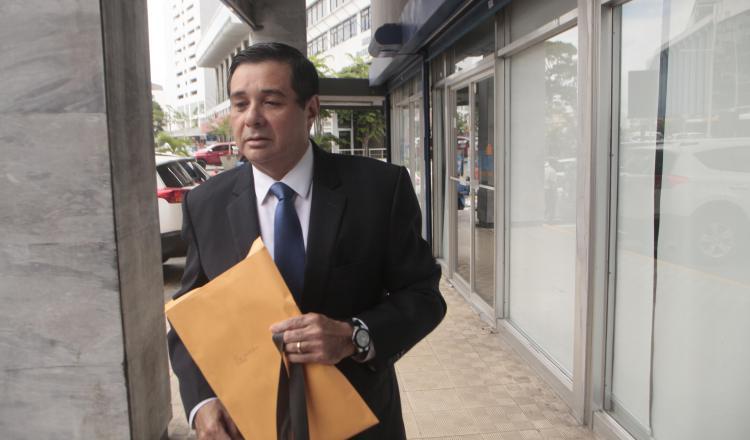 orge Alberto Rosas, exdiputado panameñista, ayer a su llegada al edificio Avesa, para acudir a la citación de la Fiscalía Anticorrupción. Víctor Arosemena
