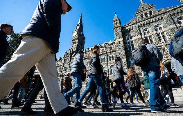 El exceso de supervisión de los padres puede causar baja autoestima. Alumnos y padres recorren una universidad. Foto / Jim Lo Scalzo/EPA, vía Shutterstock.