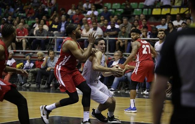 Javier Carter de Panamá (izq.) en acción contra Alejandro Peralta. Foto:EFE