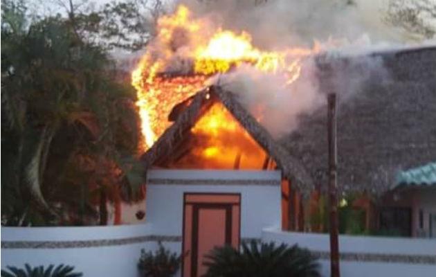 El fuego consumió parte del área de la recepción. Foto. Thays Domínguez.
