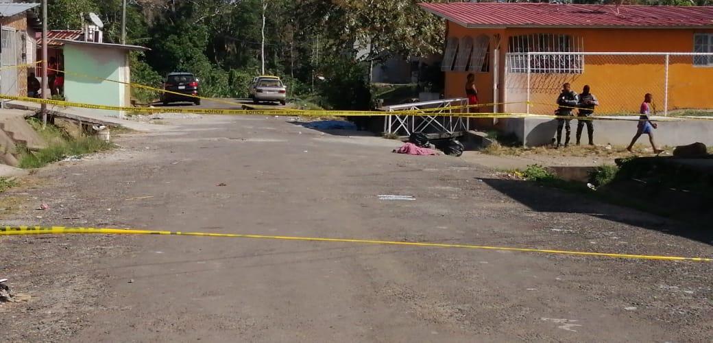 Personal de Criminalística, también se desplazó a la escena del crimen, recolectaron de los casquillos de bala y contactaron a potenciales testigos de este ataque armado. Foto/Diomedes Sánchez